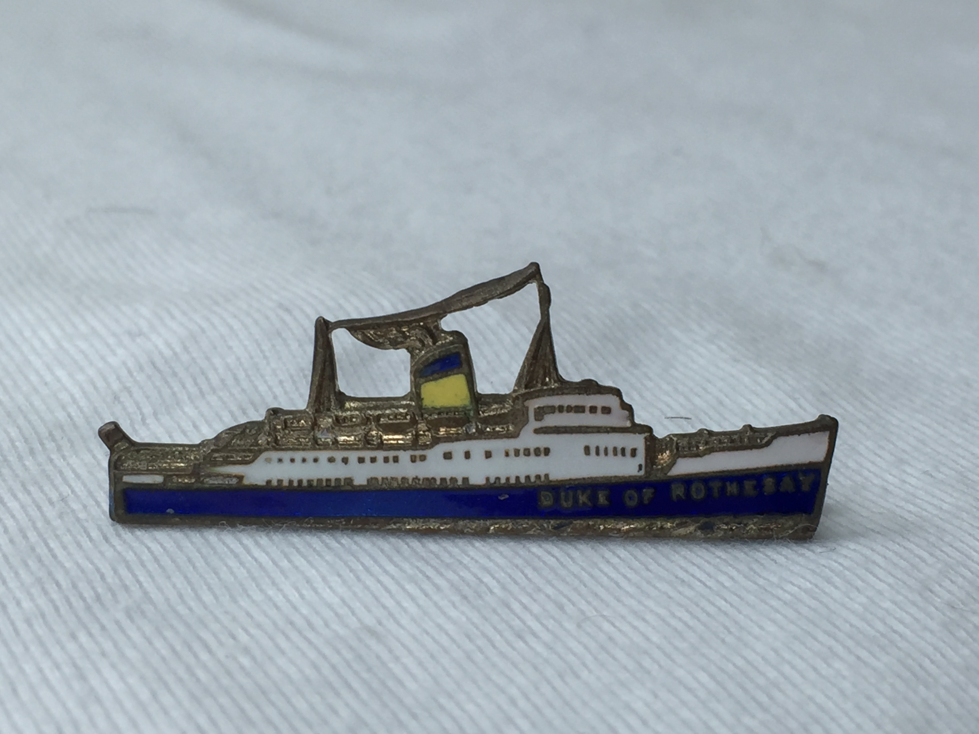 SHIP SHAPE LAPEL PIN FROM THE FISHGUARD-ROSSLAKE FERRY CROSSING VESSEL THE DUKE OF ROTHESAY