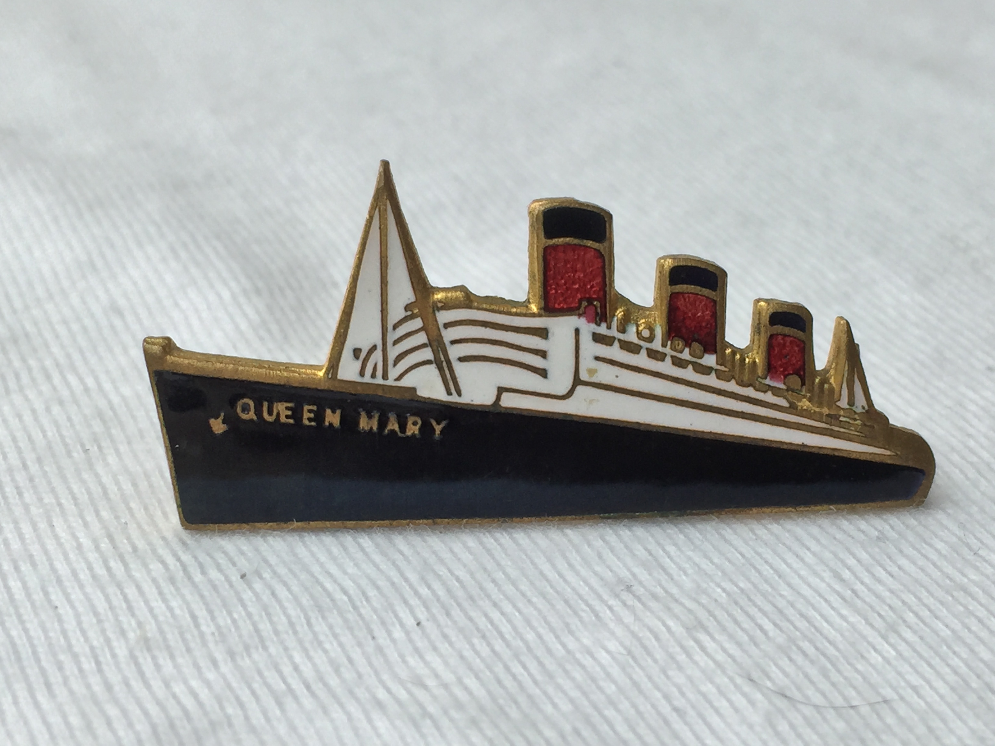 EARLY SHIP SHAPE LAPEL PIN FROM THE CUNARD LINE VESSEL THE RMS QUEEN MARY
