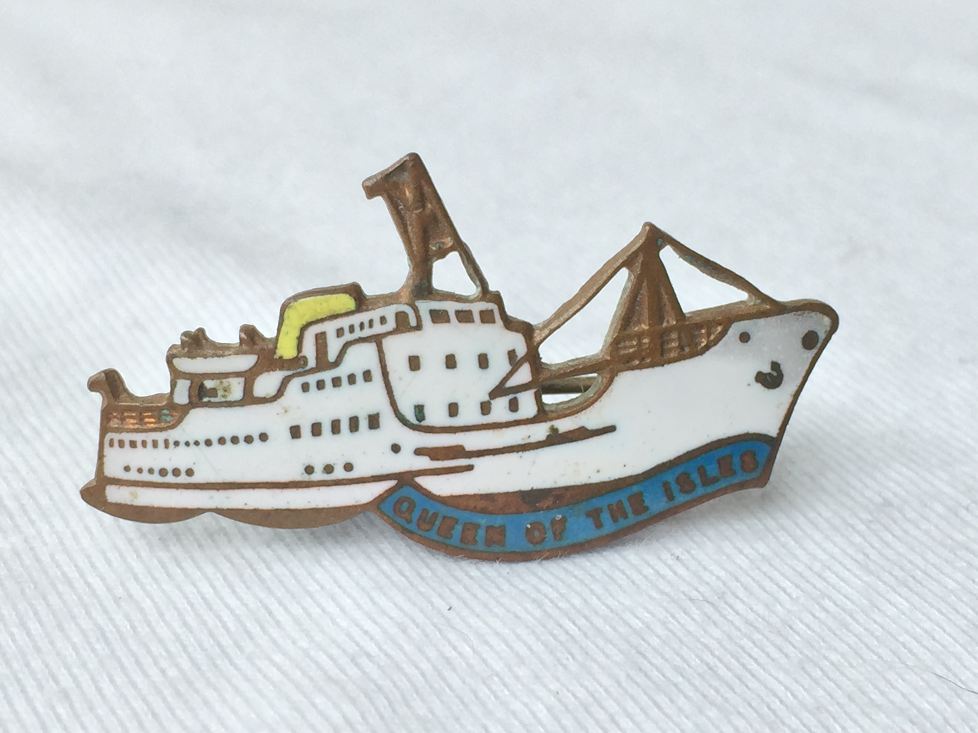 SHIP SHAPE LAPEL PIN FROM THE FERRY CROSSING SERVICE VESSEL THE QUEEN OF THE ISLES