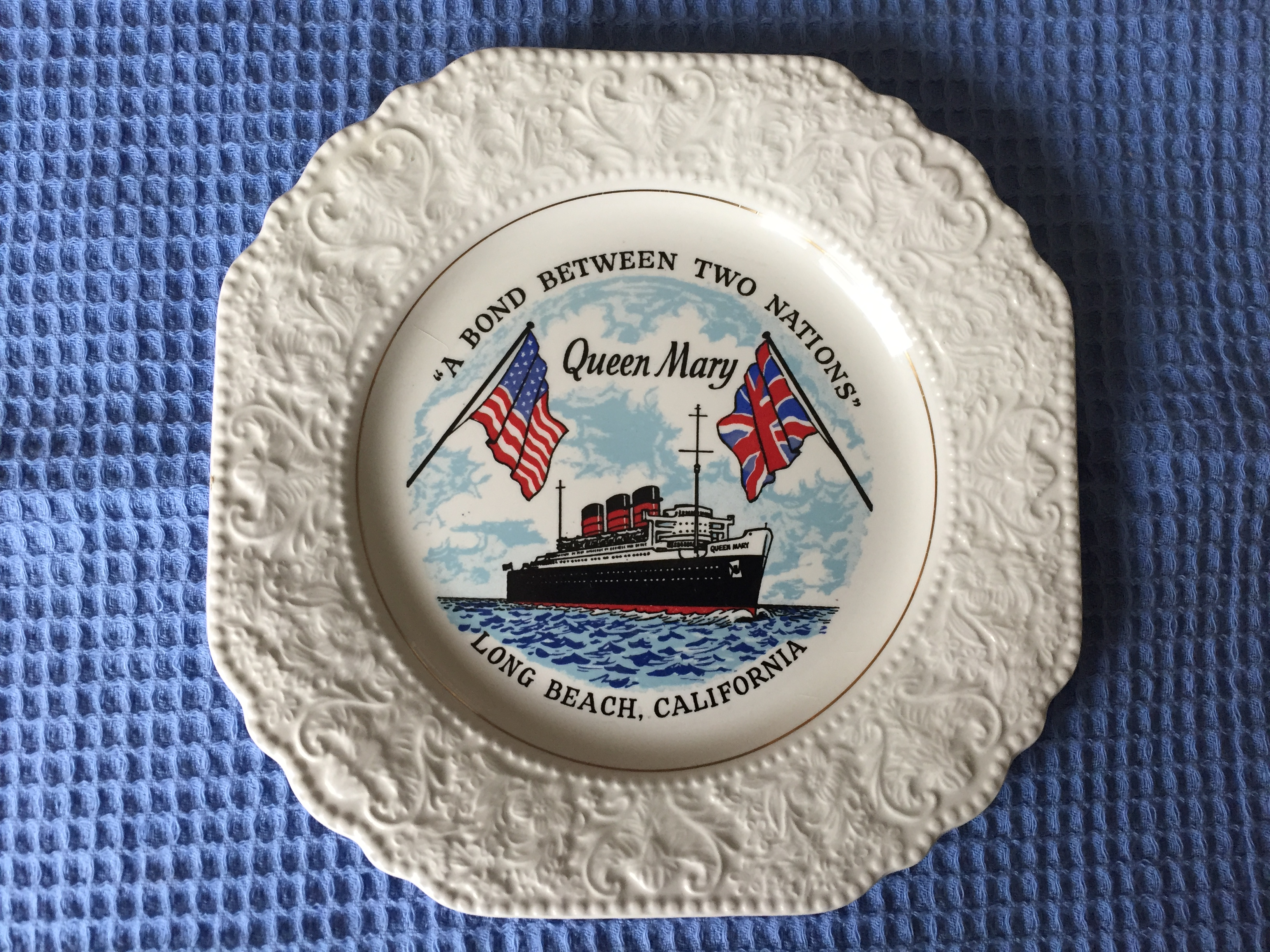 EARLY SOUVENIR RMS QUEEN MARY SOUVENIR PLATE FROM THE FIRST YEARS OF NEW HOME MOORED AT LONG BEACH, CALIFORNIA