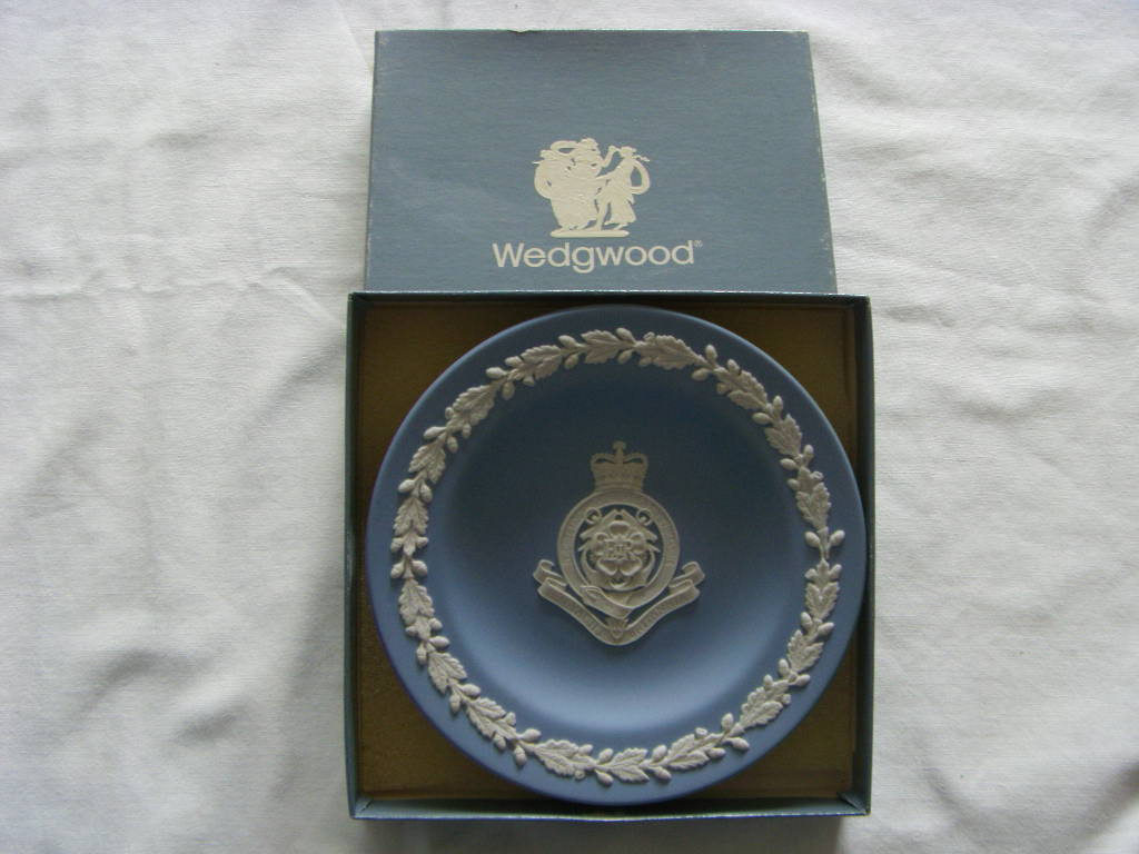 FABULOUS ROUND WEDGEWOOD SOUVENIR FROM THE VESSEL THE ROYAL YACHT BRITANNIA
