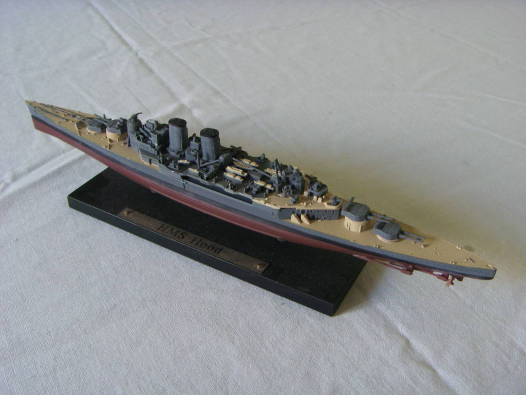SMALL SCALE MODEL OF THE ROYAL NAVAL VESSEL HMS HOOD