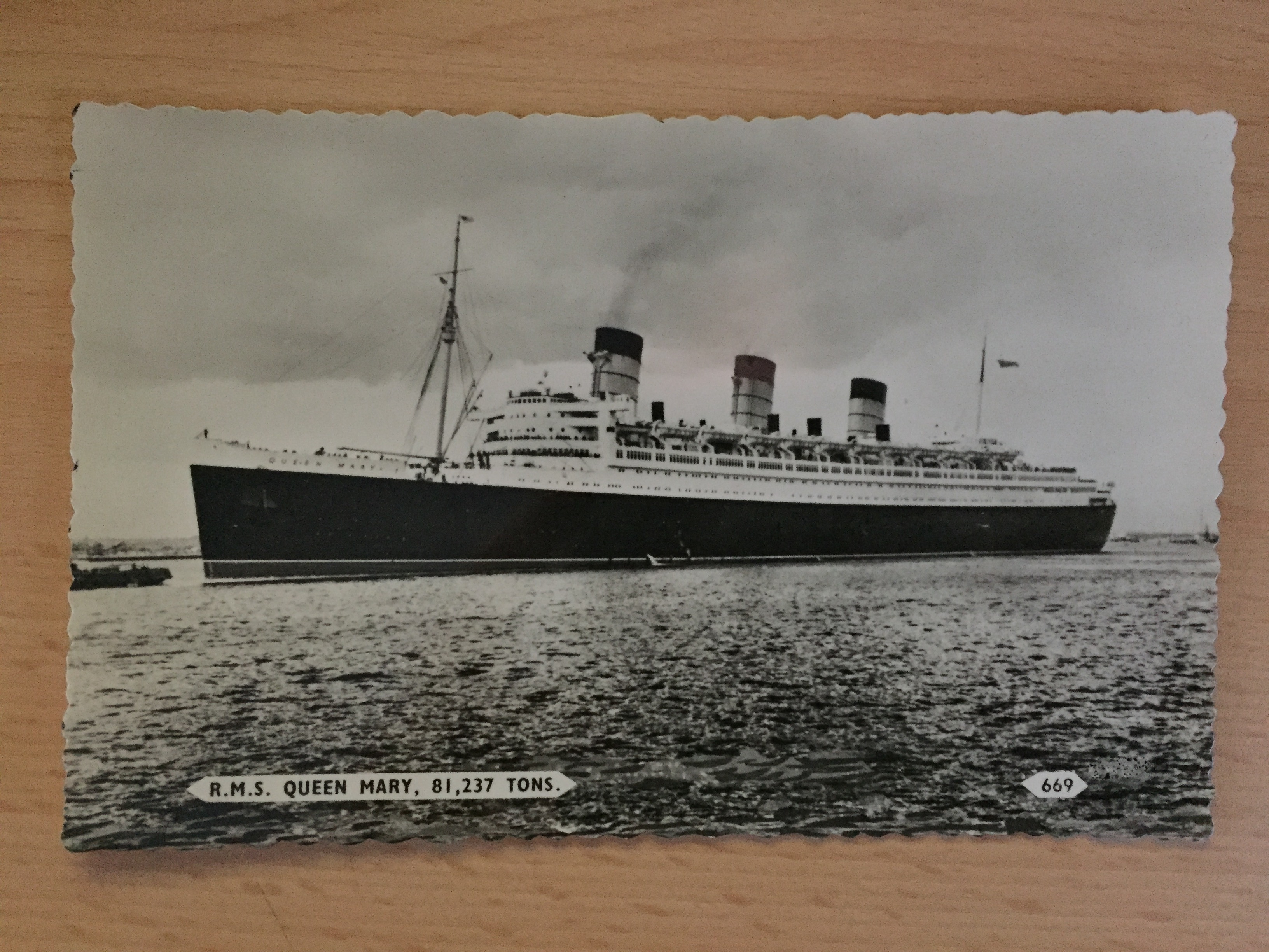 B/W EARLY POSTCARD OF THE CUNARD  LINE VESSEL THE RMS QUEEN MARY